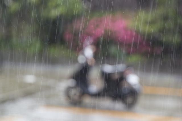 雨の中放置されたバイク
