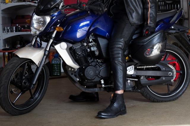 革ジャンを着てバイクにまたがる男性