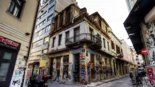 アテネの街角とバイク